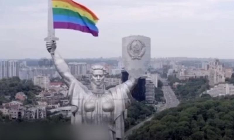 На монумент «Родина-мать» в Киеве установили флаг гомосексуалистов