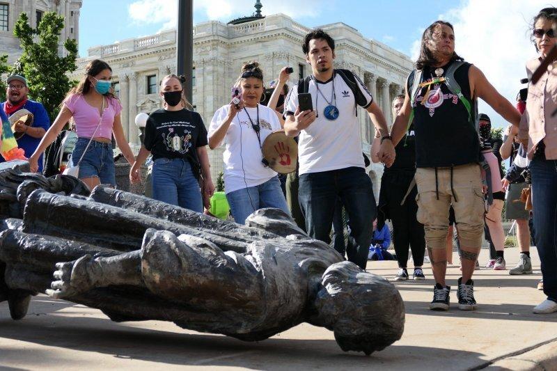 Мир сносит памятники работорговцам во имя нового героя