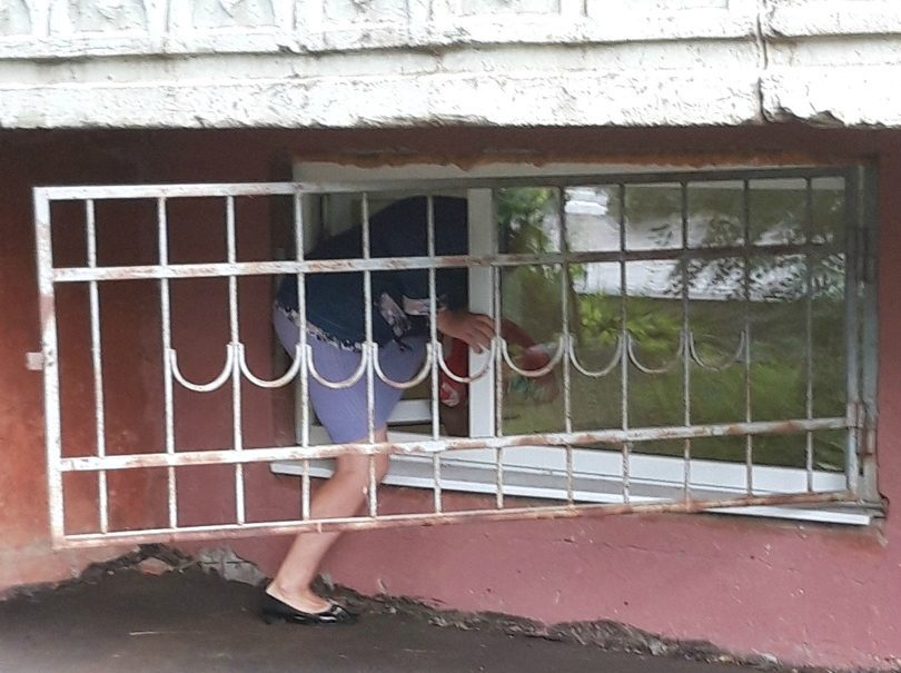 Пациентов саратовской поликлиники заставили пробираться в здание через полуподвальное окно