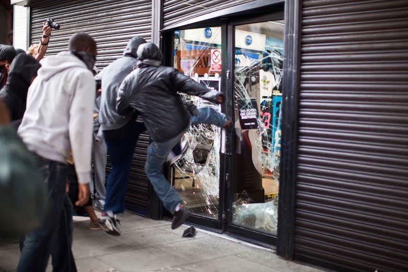 Рассерженная афроамериканка расплакалась в супермаркете от злости на погромщиков