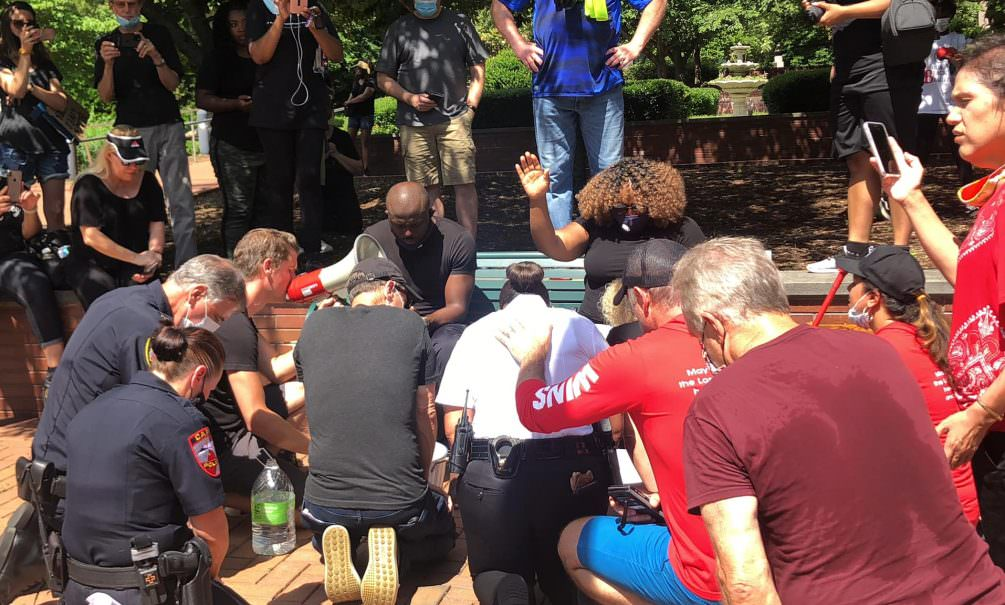 Белые американцы помыли ноги чернокожим в знак смирения