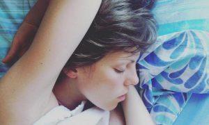 Стали известны угрожающие здоровью позы для сна