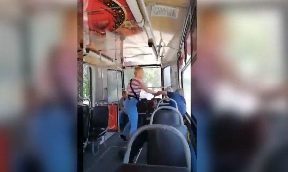 Пьяный пассажир накинулся на кондуктора трамвая в Новокузнецке