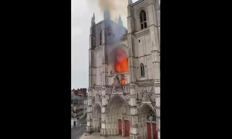 Нотр-Дам №2: во Франции загорелся один из крупнейших готических соборов