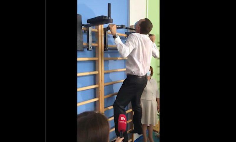 Губернатор Михаил Дегтярев устроил мастер-класс – подтянулся один раз