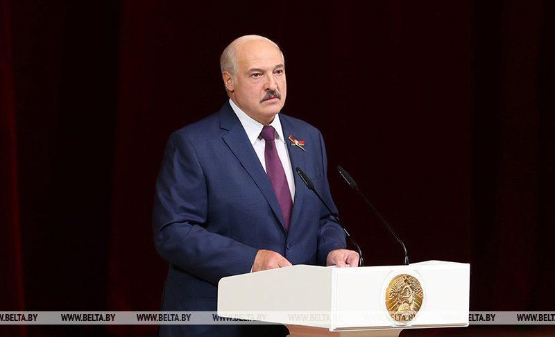 «Вы взвалили на меня эту ношу, как могу, так и несу»: Лукашенко рассказал о зависти россиян и украинцев