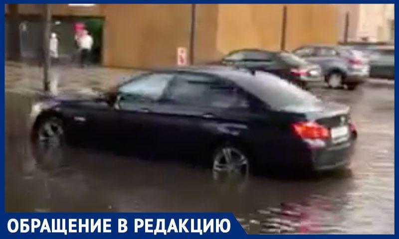 """В центре Москвы BMW  """"утонул"""" после дождя"""