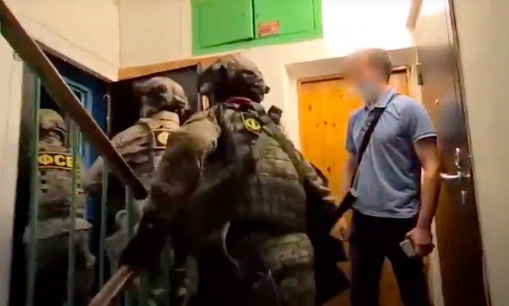 ФСБ показала видео задержания двух десятков террористов в Москве и Сибири
