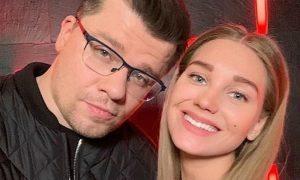 После объявления о разводе с Асмус Гарика Харламова засекли ночью в караоке-клубе