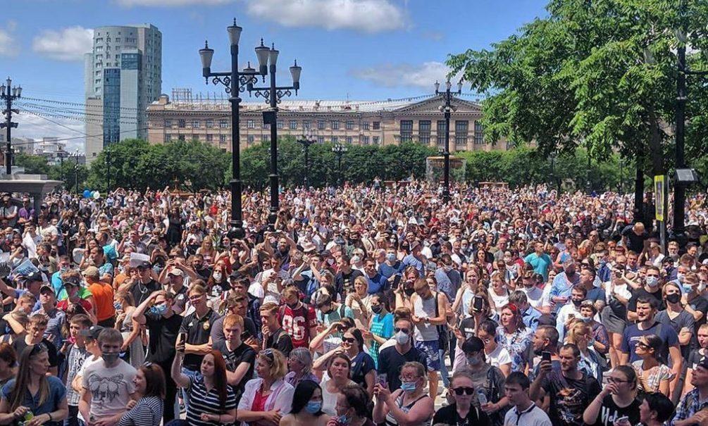 Тысячи жителей Хабаровска вышли на митинг в поддержку задержанного губернатора