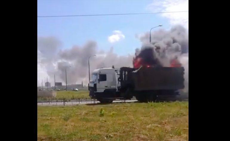 В Сеть попало видео несущегося по Тольятти горящего мусоровоза