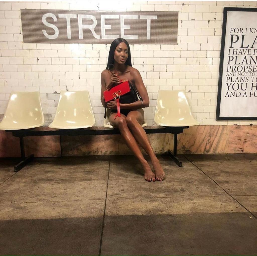 А ей 50 лет! Голая Наоми Кэмпбелл в метро потрясла внешним видом