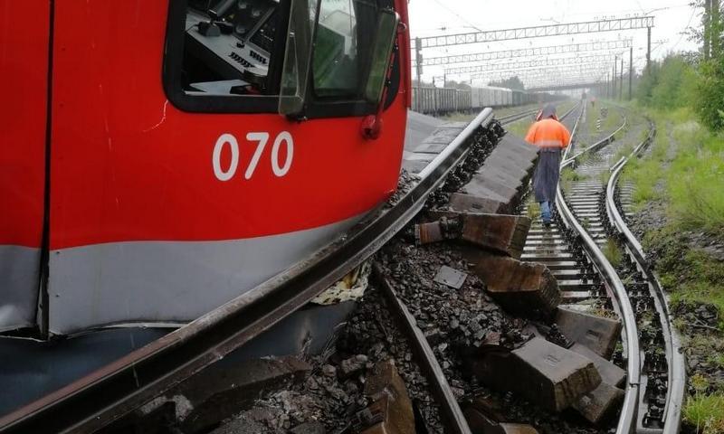 Два товарных поезда столкнулись и сошли с рельсов в Петербурге
