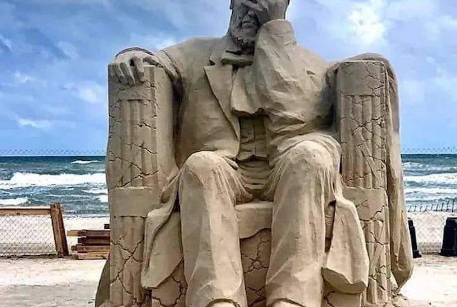 Песчаная скульптура, победившая год назад на конкурсе, оказалась пророческой