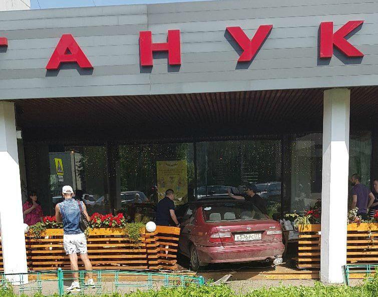 Автомобиль въехал в веранду суши-бара в Москве