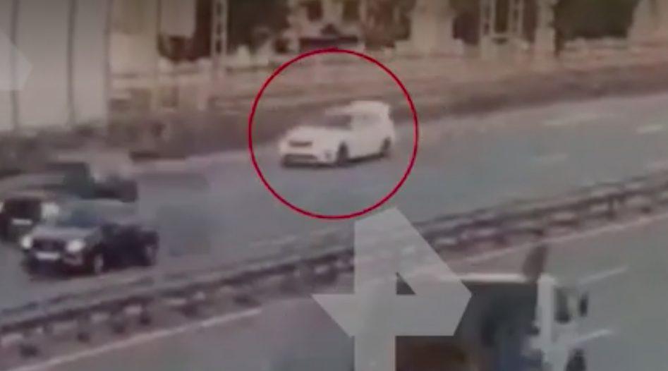 Камера сняла, как похищенный мужчина выпрыгнул на ходу из багажника машины