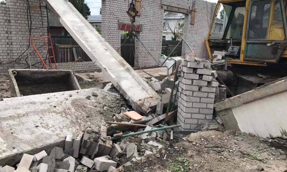 Трое рабочих погибли под обломками рухнувшего ТЦ в Кировской области