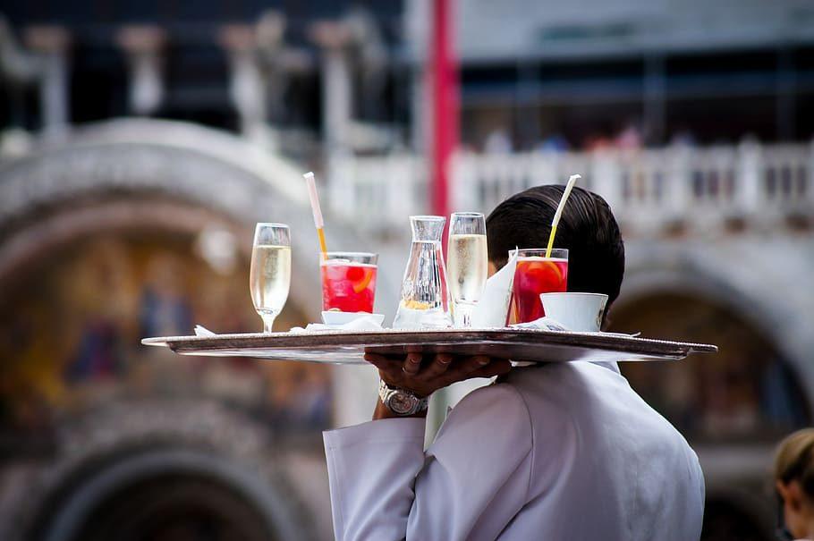 Роспотребнадзор разрешил не оставлять чаевые в ресторанах и кафе