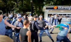 Десантники дали бой Росгвардии в парке Горького. За что — сами не знают