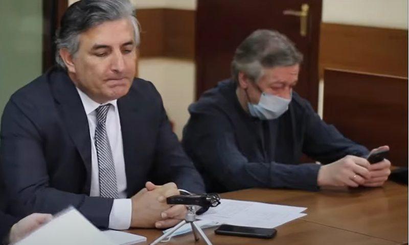 «Он сикал при мне! — Я такого не помню»: Ефремов играет с судом в амнезию