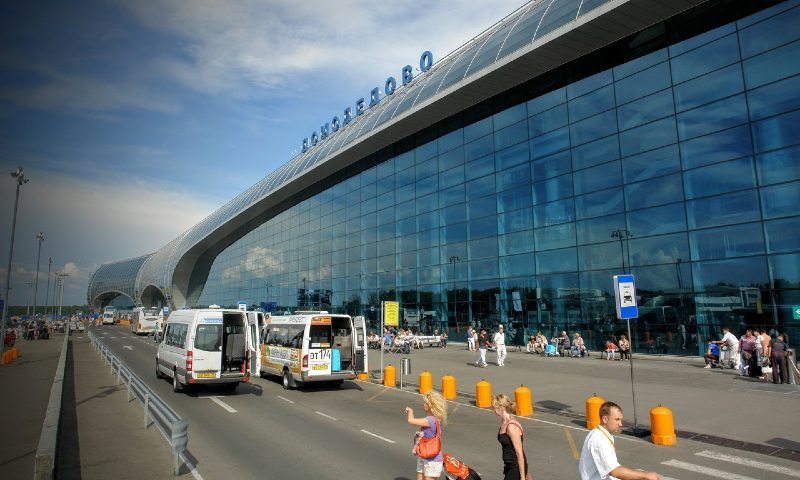 Цены на авиабилеты по России упали почти вдвое. Но это «распродажа» с подвохом