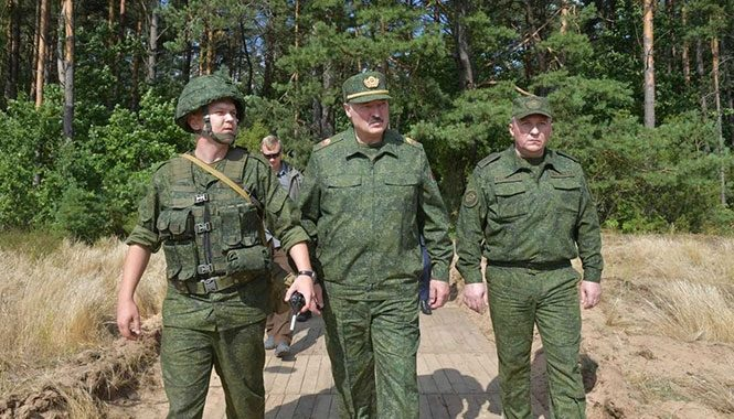 Отечество в опасности: Лукашенко привел войска в полную готовность и закрыл бастующие заводы