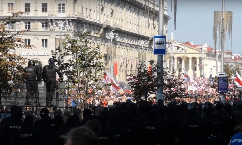 Гнилой кабачок и коньки: как протестующие пытались поздравить Лукашенко с днем рождения