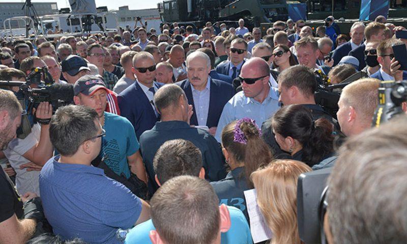 «Вас — толпа, а я — один»: Лукашенко в окружении охраны