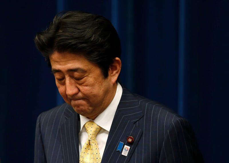 Премьер-министр Японии Синдзо Абэ объявил об отставке и молча покинул резиденцию