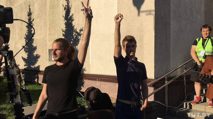 В Минске ОМОН продолжает защищать режим: людей унижают и избивают в автозаках и карцерах