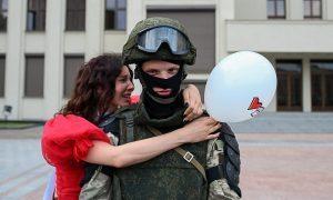 В Минске спецназ встал на сторону демонстрантов. Лукашенко просит Путина «поговорить»