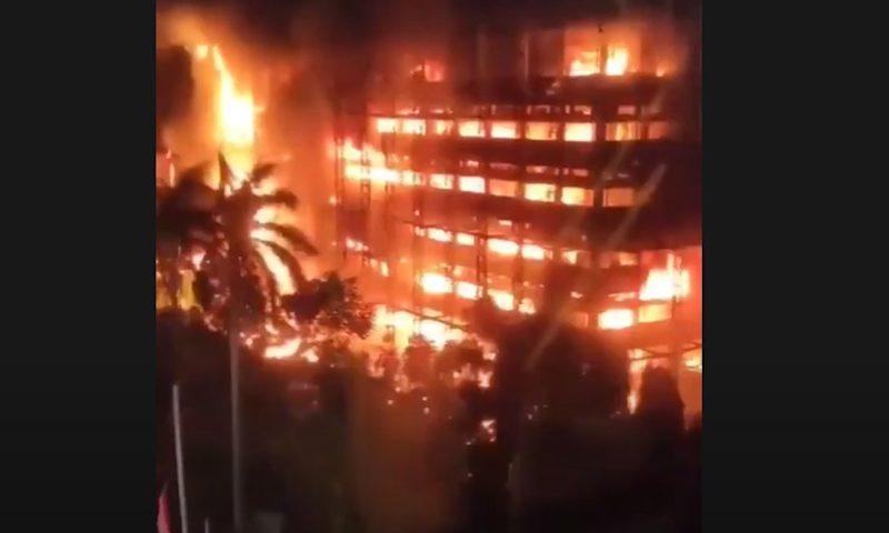 Опубликовано видео пожара в Индонезии, превратившего здание прокуратуры в гигантский факел