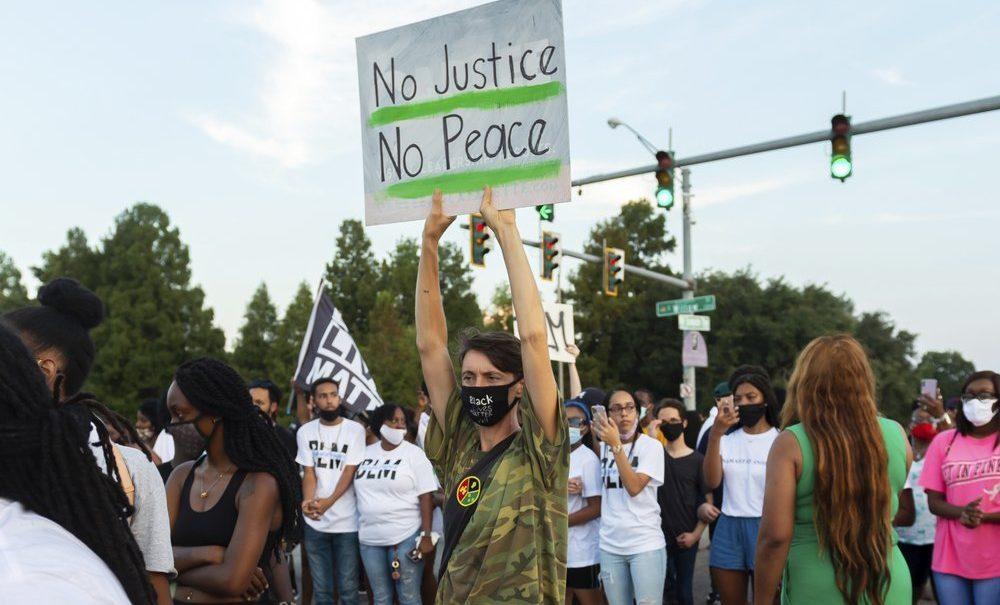 Полиция в США снова убила темнокожего парня и спровоцировала беспорядки