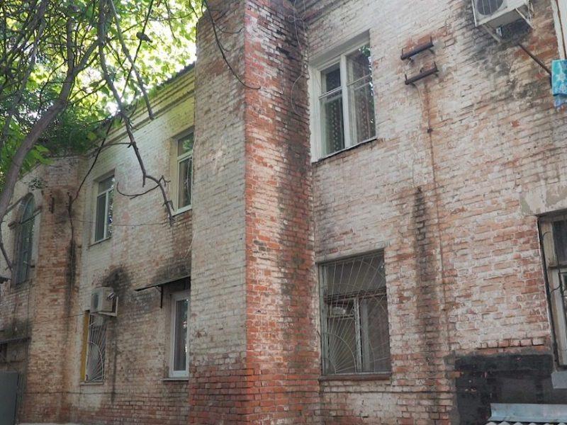 «Живем в ужасных условиях», - жильцы аварийного дома в Краснодаре не могут добиться расселения почти 40 лет