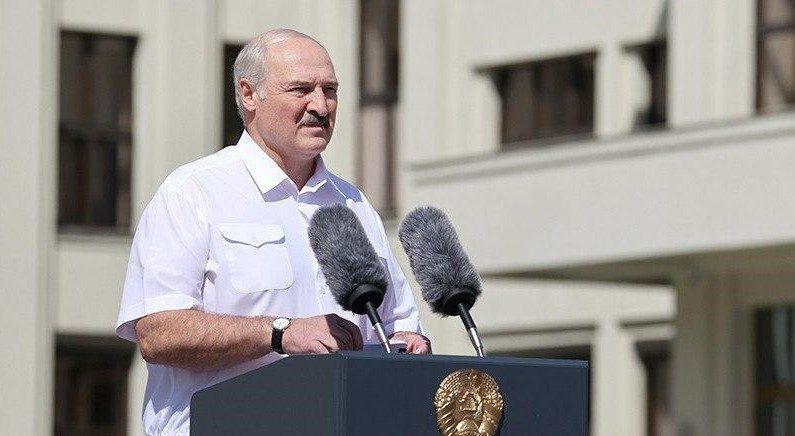Лукашенко на митинге: «Встаю перед вами на колени» (но не встал)