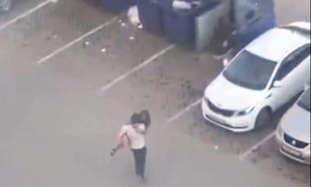 В Омске мужчина запихнул свою даму в мусорный контейнер