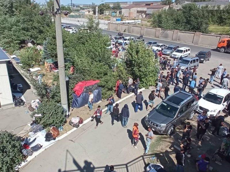 Тысячи узбеков разбили нелегальный лагерь на вокзале Ростова