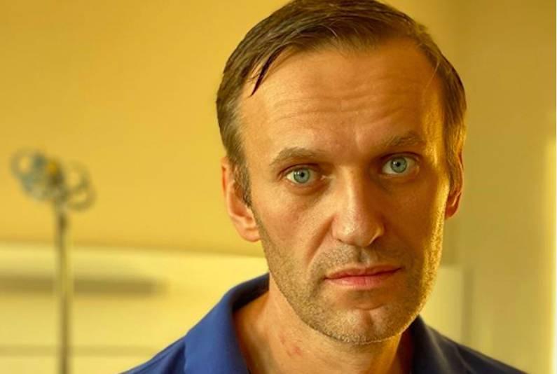 Навального выписали из клиники, а споры продолжаются
