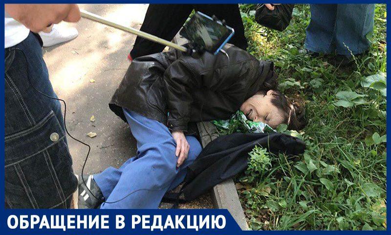 Полицейские сломали руку москвичке, которая мешала незаконной стройке в парке, рассказали активисты