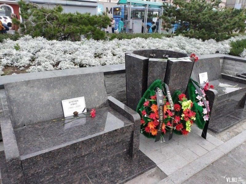 Чиновников накажут за «траурные» скамейки в центре Владивостока