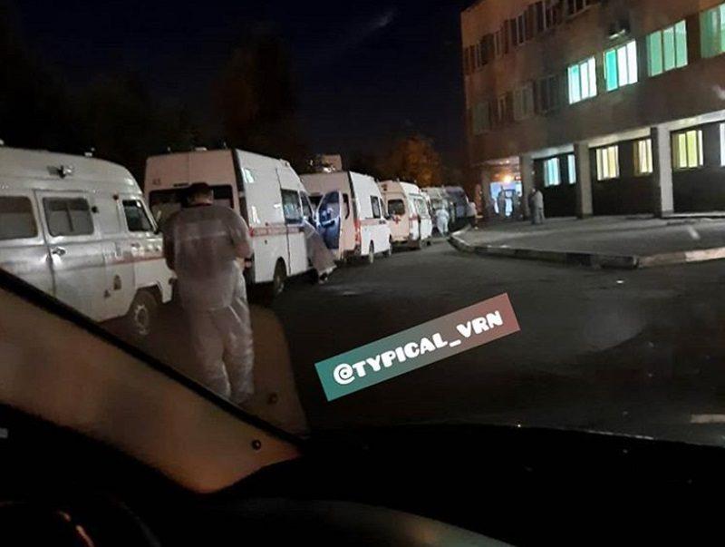 Гигантские очереди из «скорых» выстраиваются в Воронеже из-за пациентов с коронавирусом
