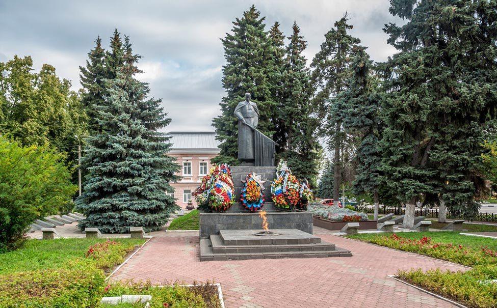 Жгли венки в вечном огне и мочились: дети осквернили военный мемориал в Ельце