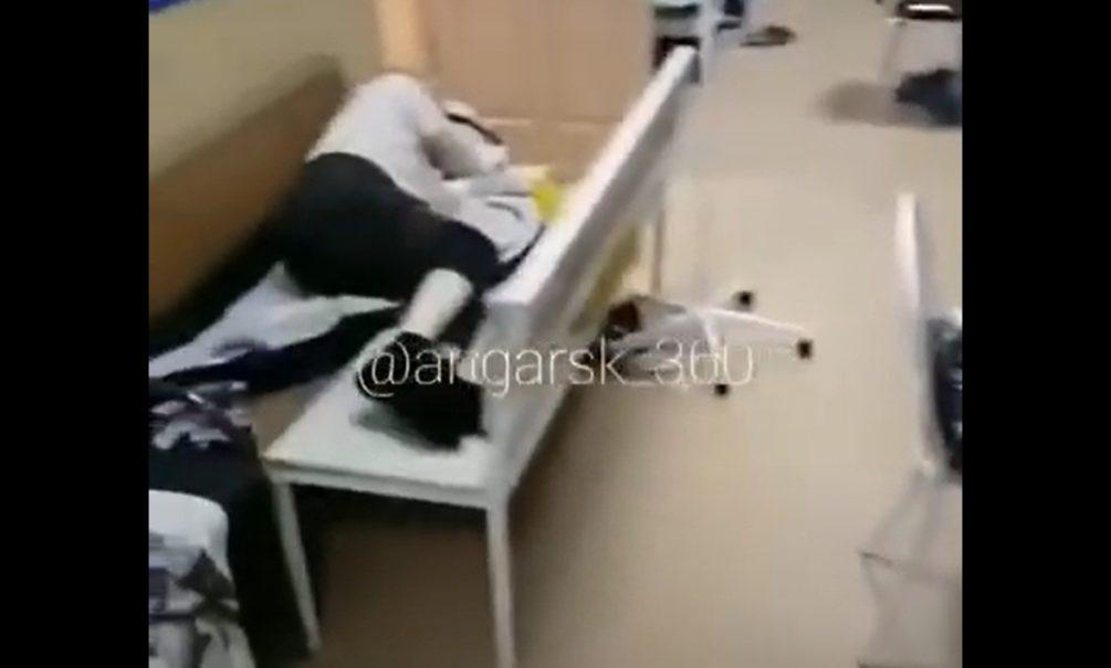 «Есть претензии? Звоните Путину»: больные коронавирусом жители Ангарска лежат на лавках в коридоре