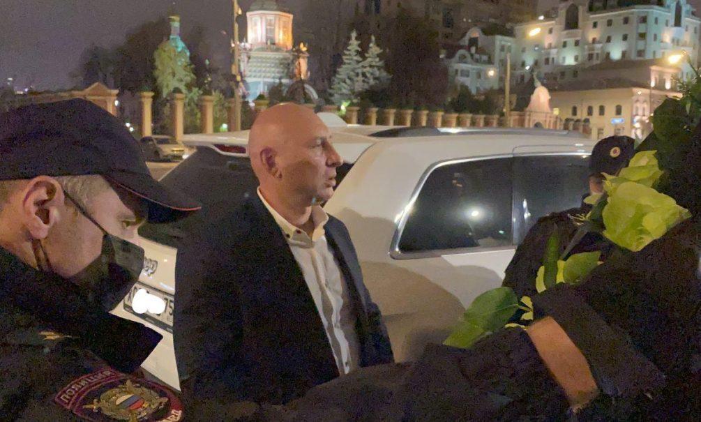 Московская полиция не дала возложить к посольству Франции гигантский венок погибшим