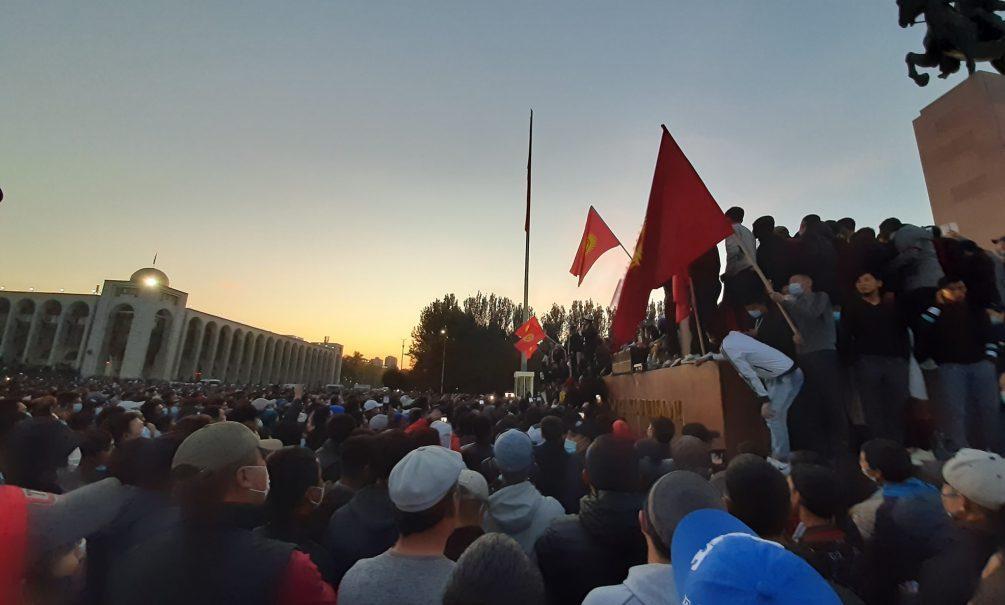 Камни против гранат: обиженные избиратели штурмовали Белый дом в Киргизии