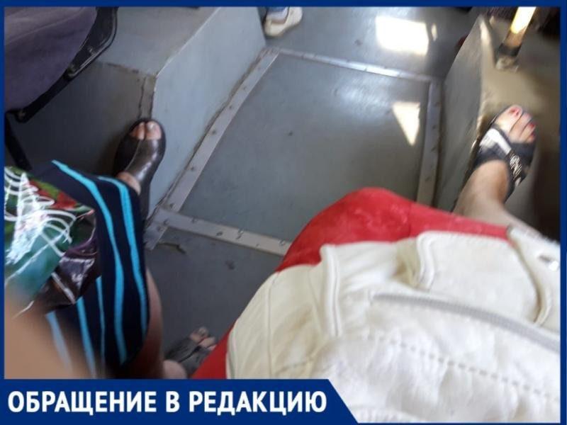 В Таганроге пассажиры маршруток сидят в салоне на собственных стульях