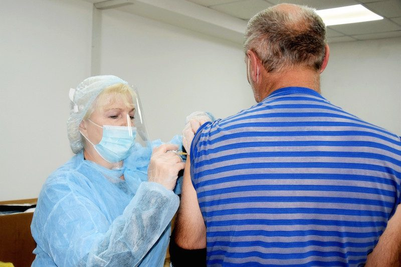 Ученые назвали четыре группы людей, которым вакцина от COVID-19 не поможет