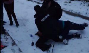 Жестко скрутили мужчину без маски на глазах у ребенка полицейские в Пермском крае