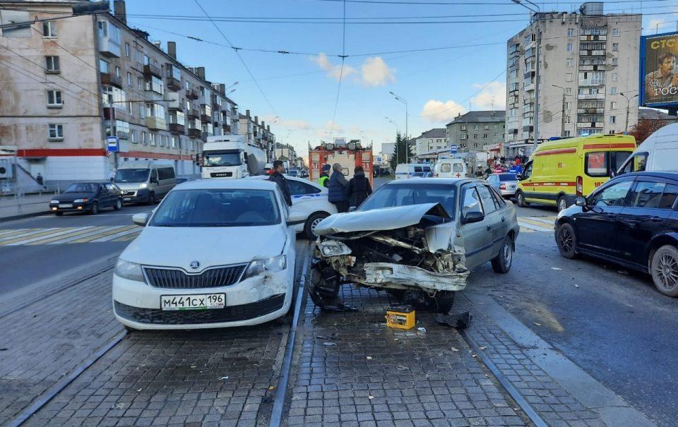 Жуткое видео попало в Сеть: автомобиль на полном ходу влетел в толпу пешеходов