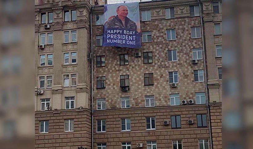 Сотрудники посольства США увидели в окне улыбающегося Путина